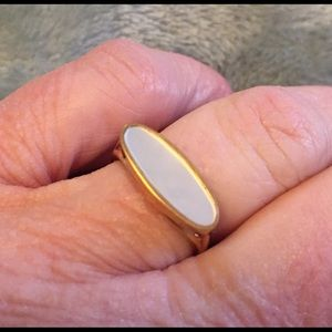 🎀 6 items $25! Vintage Avon mother of pearl ring.